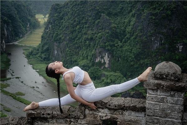 Thiếu nữ gây tranh cãi với những tư thế tập yoga cực khó trên địa hình hiểm trở ở khu du lịch Ninh Bình-3