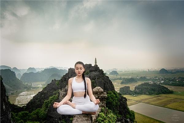 Thiếu nữ gây tranh cãi với những tư thế tập yoga cực khó trên địa hình hiểm trở ở khu du lịch Ninh Bình-4