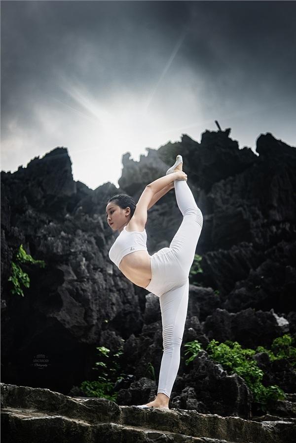 Thiếu nữ gây tranh cãi với những tư thế tập yoga cực khó trên địa hình hiểm trở ở khu du lịch Ninh Bình-6