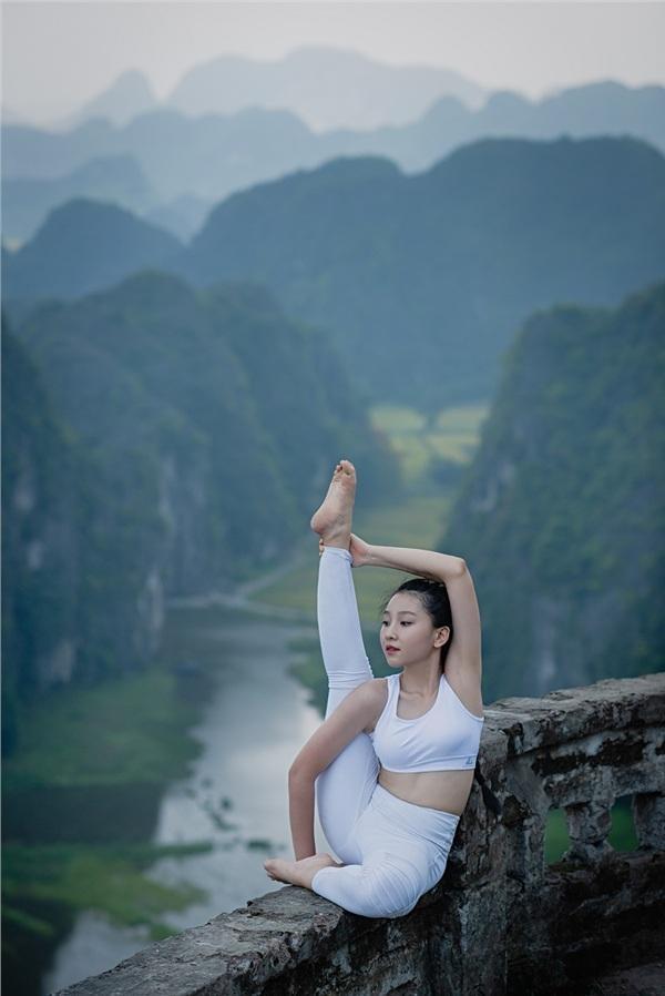 Thiếu nữ gây tranh cãi với những tư thế tập yoga cực khó trên địa hình hiểm trở ở khu du lịch Ninh Bình-10