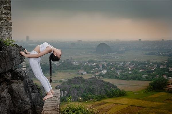 Thiếu nữ gây tranh cãi với những tư thế tập yoga cực khó trên địa hình hiểm trở ở khu du lịch Ninh Bình-7
