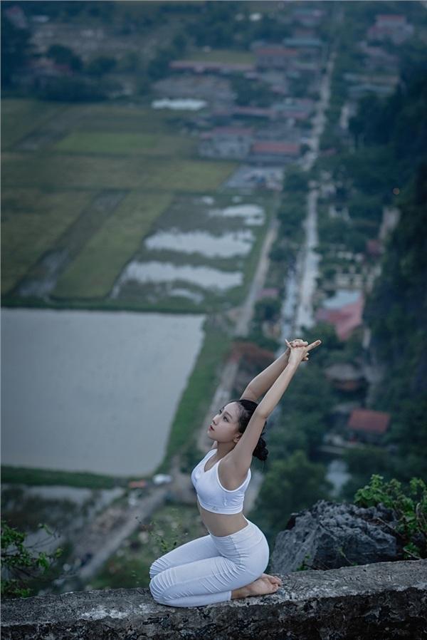 Thiếu nữ gây tranh cãi với những tư thế tập yoga cực khó trên địa hình hiểm trở ở khu du lịch Ninh Bình-12