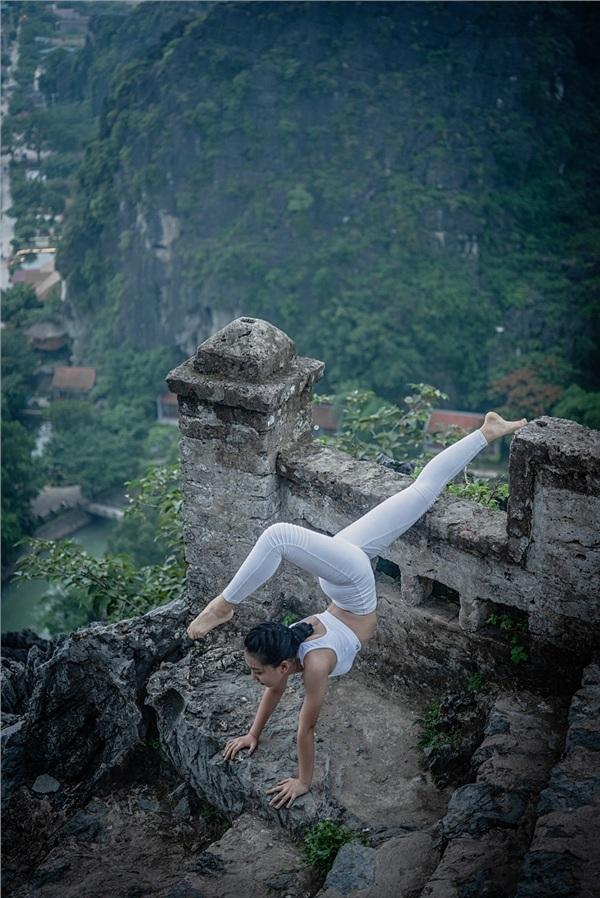 Thiếu nữ gây tranh cãi với những tư thế tập yoga cực khó trên địa hình hiểm trở ở khu du lịch Ninh Bình-13