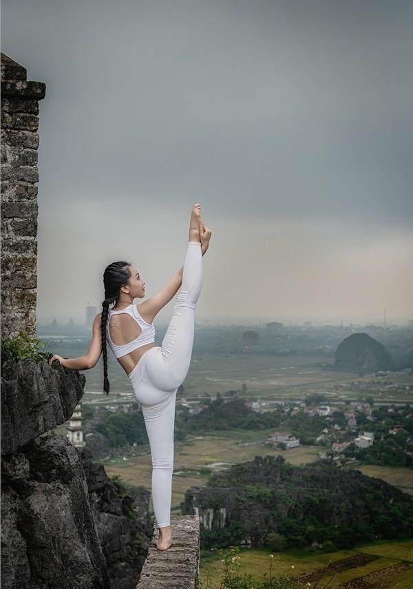 Thiếu nữ gây tranh cãi với những tư thế tập yoga cực khó trên địa hình hiểm trở ở khu du lịch Ninh Bình-11