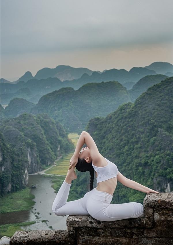 Thiếu nữ gây tranh cãi với những tư thế tập yoga cực khó trên địa hình hiểm trở ở khu du lịch Ninh Bình-9