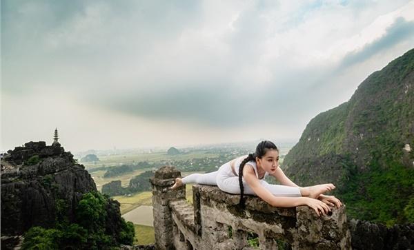 Thiếu nữ gây tranh cãi với những tư thế tập yoga cực khó trên địa hình hiểm trở ở khu du lịch Ninh Bình-8