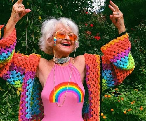 Cụ bà 90 tuổi vẫn hồn nhiên như cô tiên, bán mặt nạ cho... ngực-1