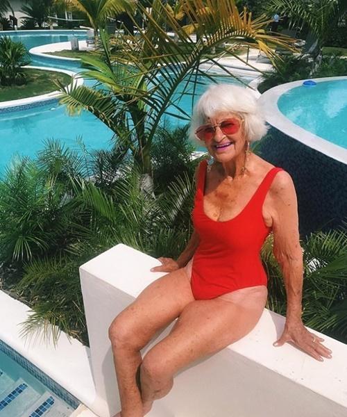 Cụ bà 90 tuổi vẫn hồn nhiên như cô tiên, bán mặt nạ cho... ngực-4