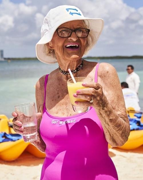 Cụ bà 90 tuổi vẫn hồn nhiên như cô tiên, bán mặt nạ cho... ngực-6