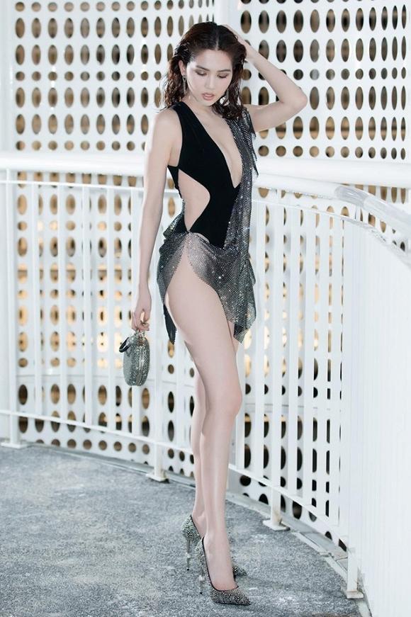 SAO MẶC XẤU: Ngọc Trinh gây tranh cãi vì bộ đồ na ná bikini đi sự kiện - Hari Won bị chê style như bà thím-1