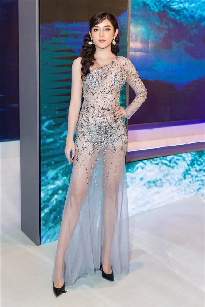 SAO MẶC XẤU: Ngọc Trinh gây tranh cãi vì bộ đồ na ná bikini đi sự kiện - Hari Won bị chê style như bà thím-2
