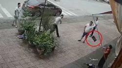 Clip: Người phụ nữ trung tuổi bị 4 thanh niên lực lưỡng ném gạch, đấm đá túi bụi