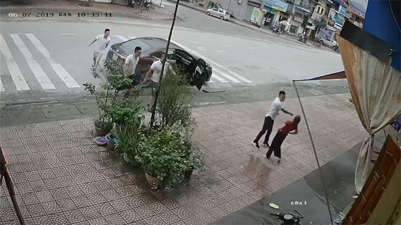 Clip: Người phụ nữ trung tuổi bị 4 thanh niên lực lưỡng ném gạch, đấm đá túi bụi-2
