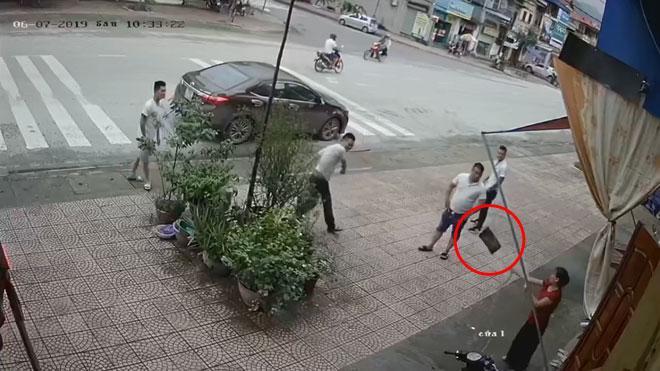 Clip: Người phụ nữ trung tuổi bị 4 thanh niên lực lưỡng ném gạch, đấm đá túi bụi-3