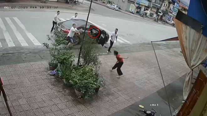 Clip: Người phụ nữ trung tuổi bị 4 thanh niên lực lưỡng ném gạch, đấm đá túi bụi-4
