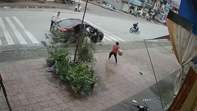 Clip: Người phụ nữ trung tuổi bị 4 thanh niên lực lưỡng ném gạch, đấm đá túi bụi-5