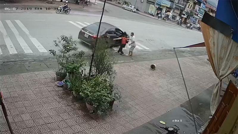 Clip: Người phụ nữ trung tuổi bị 4 thanh niên lực lưỡng ném gạch, đấm đá túi bụi-6