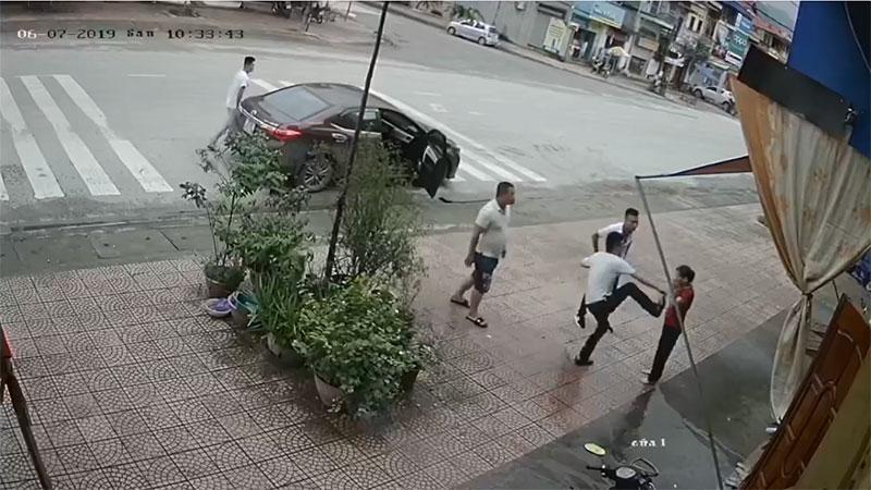 Clip: Người phụ nữ trung tuổi bị 4 thanh niên lực lưỡng ném gạch, đấm đá túi bụi-1