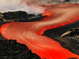 Ngắm dung nham núi lửa đổ ào ào như lũ ở Hawaii
