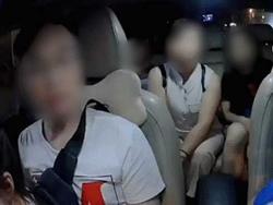 Clip: 6 người kéo nhau lên xe 4 chỗ, tài xế taxi bị khách nữ chửi 'thằng điên' vì không chịu chở