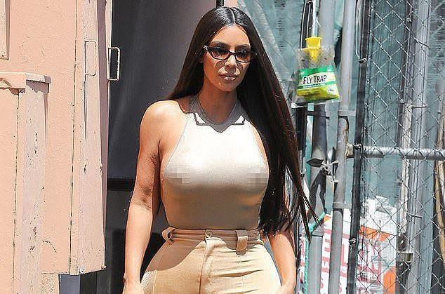 Kim Kardashian gây tranh cãi khi không mặc nội y dạo phố-1