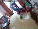 Người phụ nữ bị nhóm côn đồ hành hung ngay tại nhà