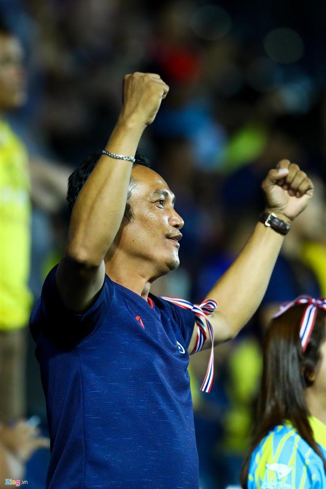 Quế Ngọc Hải ra dấu im lặng trước hàng nghìn CĐV Thái Lan-7