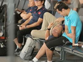 Fans Việt không tan chảy không được trước clip thầy Park vừa gối đầu lên đùi Văn Toàn vừa trò chuyện khi chờ bay