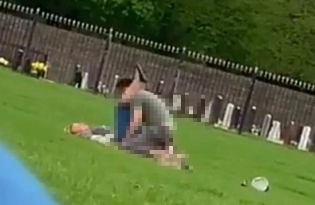 Rủ nhau ra công viên hành sự, cặp nam nữ gây sốc khi thản nhiên làm chuyện người lớn dù xung quanh có rất nhiều trẻ em-2
