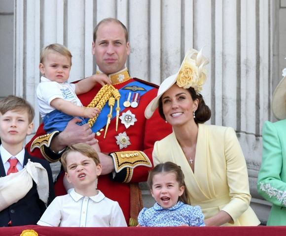 Dân mạng thích thú khi phát hiện con trai út của Kate mặc lại áo cách đây 33 năm của Hoàng tử Harry-1