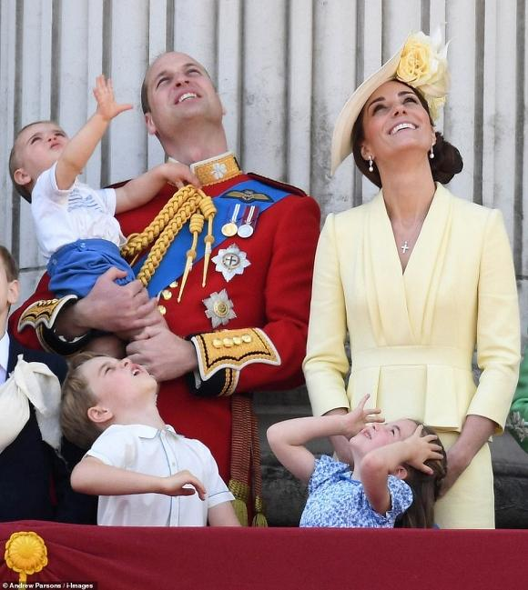 Dân mạng thích thú khi phát hiện con trai út của Kate mặc lại áo cách đây 33 năm của Hoàng tử Harry-2