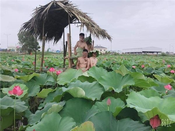 Đầu tuần đã nóng nực, dân tình lại phát rồ với bộ ảnh cô gái ở Hà Nội cởi sạch khoe thân dưới hồ sen-5