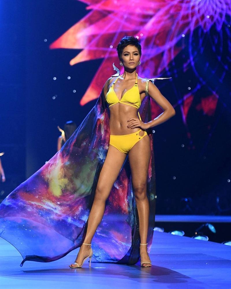Catwalk đẳng cấp hơn hẳn Phạm Hương tại Miss Universe, HHen Niê vẫn làm điều đặc biệt này khi xem màn trình diễn của đàn chị-6