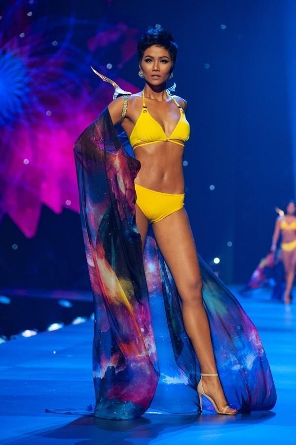 Catwalk đẳng cấp hơn hẳn Phạm Hương tại Miss Universe, HHen Niê vẫn làm điều đặc biệt này khi xem màn trình diễn của đàn chị-7