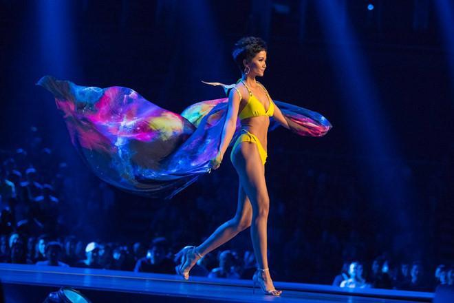 Catwalk đẳng cấp hơn hẳn Phạm Hương tại Miss Universe, HHen Niê vẫn làm điều đặc biệt này khi xem màn trình diễn của đàn chị-5