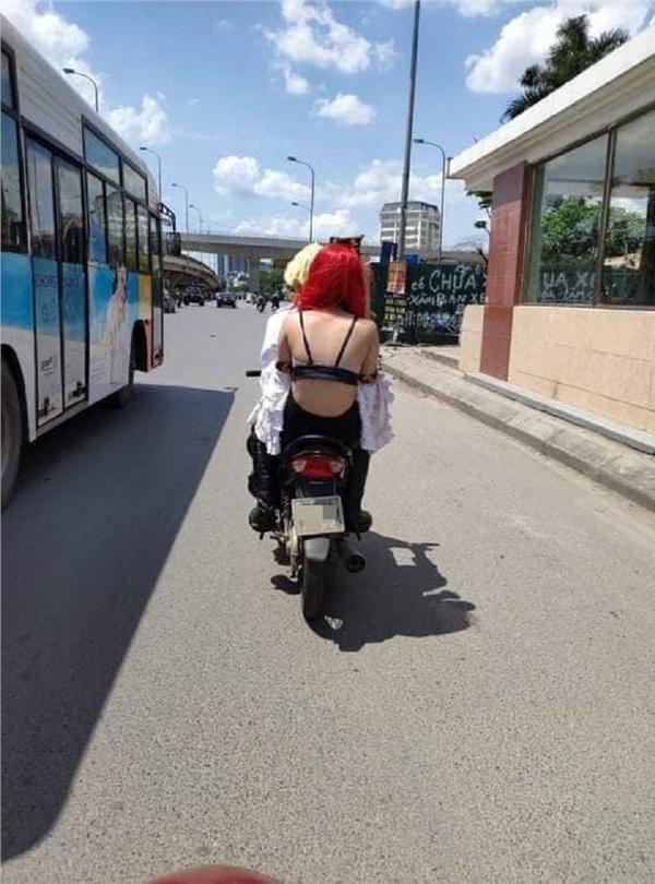 Thời trang phang thời tiết: Giữa đường Hà Nội 40 độ C nóng như rang, cô gái gây shock mặc áo lót đi xe máy tung tăng không cần che chắn-2