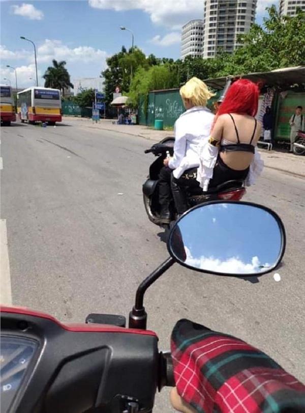 Thời trang phang thời tiết: Giữa đường Hà Nội 40 độ C nóng như rang, cô gái gây shock mặc áo lót đi xe máy tung tăng không cần che chắn-1