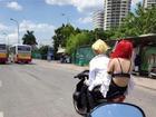 Thời trang 'phang' thời tiết: Giữa đường Hà Nội 40 độ C nóng như rang, cô gái gây shock mặc áo lót đi xe máy tung tăng không cần che chắn