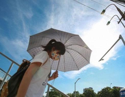 Miền Bắc nắng nóng kinh hoàng, thời tiết oi bức kéo dài suốt cả ngày, có nơi vượt ngưỡng 40 độ C-1