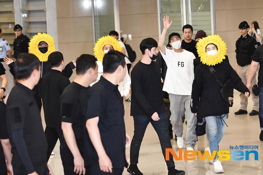 Fan cười bò vì Suga, Jin, J-Hope (BTS) tự tin khoe cá tính ở sân bay với gương mặt nở hoa toàn tập-1