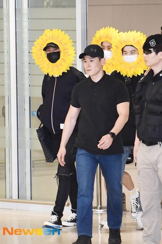 Fan cười bò vì Suga, Jin, J-Hope (BTS) tự tin khoe cá tính ở sân bay với gương mặt nở hoa toàn tập-3