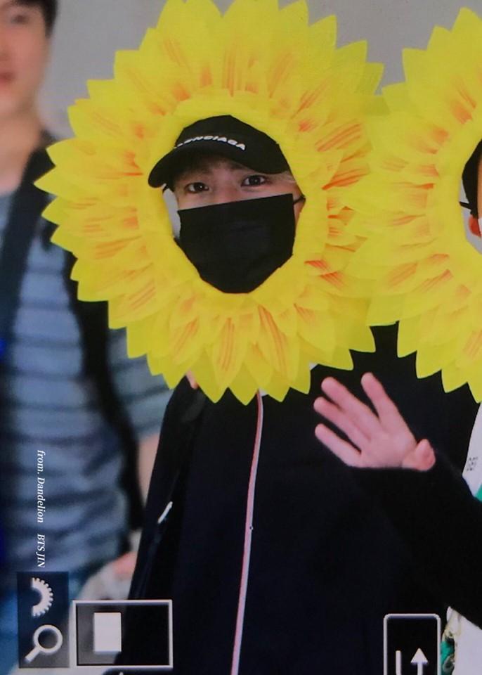 Fan cười bò vì Suga, Jin, J-Hope (BTS) tự tin khoe cá tính ở sân bay với gương mặt nở hoa toàn tập-4