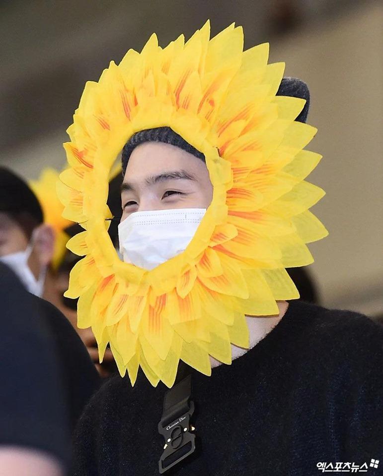 Fan cười bò vì Suga, Jin, J-Hope (BTS) tự tin khoe cá tính ở sân bay với gương mặt nở hoa toàn tập-6