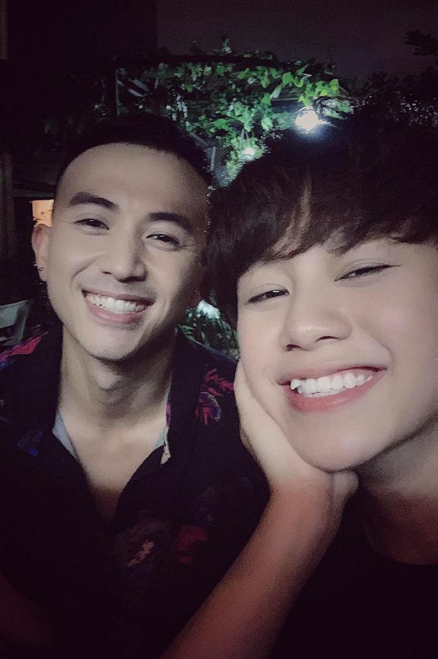 Vắng bạn trai Quang Hải, Nhật Lê tình tứ ôm eo Quang Trung song ca bài tủ Mình yêu nhau từ kiếp nào-4