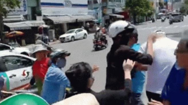 Vụ Lê Dương Bảo Lâm bị đánh khi đang phát cơm từ thiện: Dân mạng mắng mỏ vì nghi ngờ thánh livestream dàn dựng drama-2