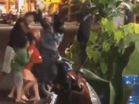 CLIP gây phẫn nộ mạng xã hội: Vợ mang bầu bị chồng đánh, cầm mũ bảo hiểm... 'phang' lên đầu