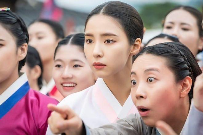 Mỹ nhân mặt đơ Shin Se Kyung đẹp thoát tục trong phim cổ trang mới-3