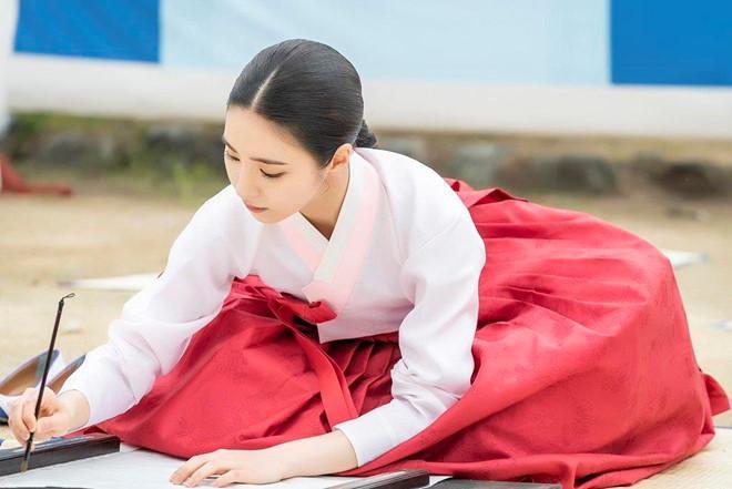 Mỹ nhân mặt đơ Shin Se Kyung đẹp thoát tục trong phim cổ trang mới-4
