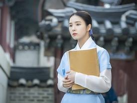 'Mỹ nhân mặt đơ' Shin Se Kyung đẹp thoát tục trong phim cổ trang mới