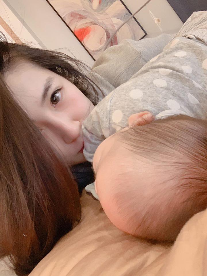 Á hậu Tú Anh: Từ tiểu thư được cưng như trứng mỏng nay trở thành gái một con chỉn chu đến nỗi mẹ đẻ cũng ngỡ ngàng-8